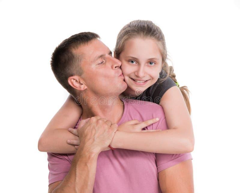 Giovane padre che bacia figlia sorridente fotografie stock