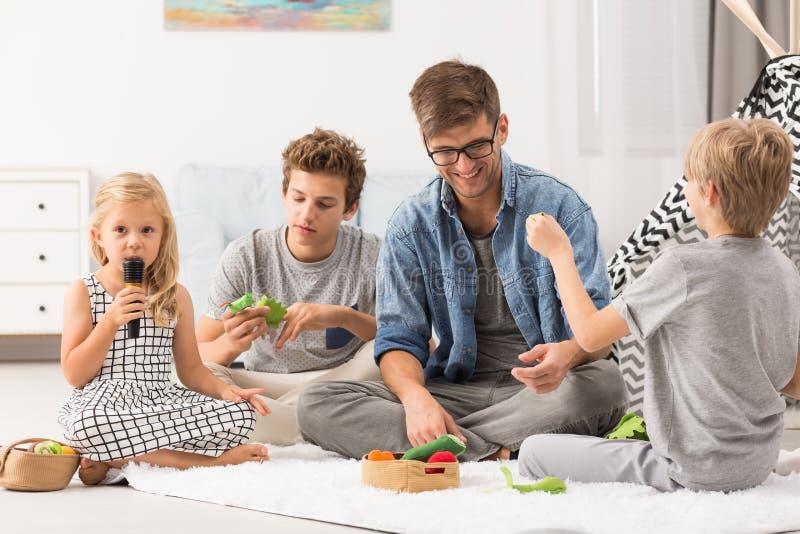 Giovane padre con i suoi bambini immagine stock libera da diritti