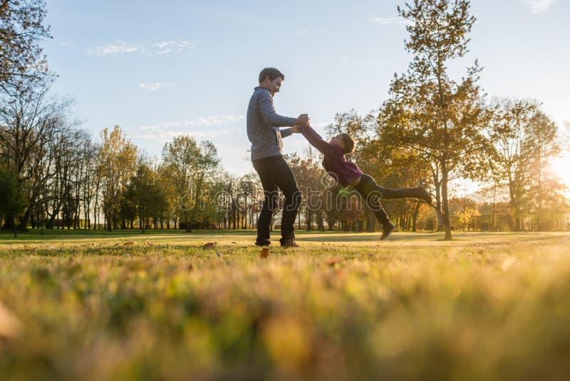 Giovane padre felice che gioca con suo figlio del bambino immagini stock