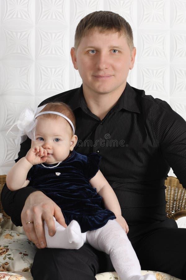 Giovane padre felice e la sua piccola figlia sveglia fotografia stock