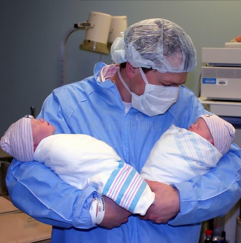 Giovane padre fiero con i gemelli immagine stock libera da diritti
