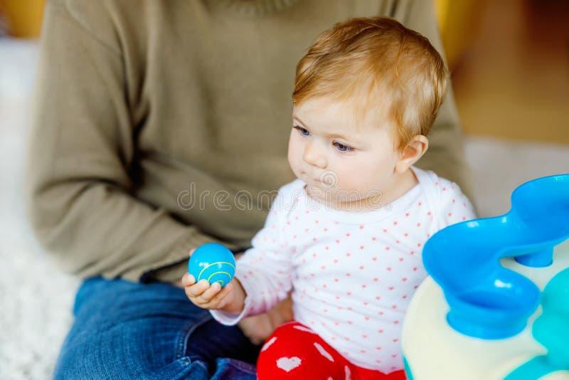 Giovane padre fiero felice divertendosi con la figlia del bambino, ritratto della famiglia insieme Papà che gioca con la neonata  immagine stock libera da diritti