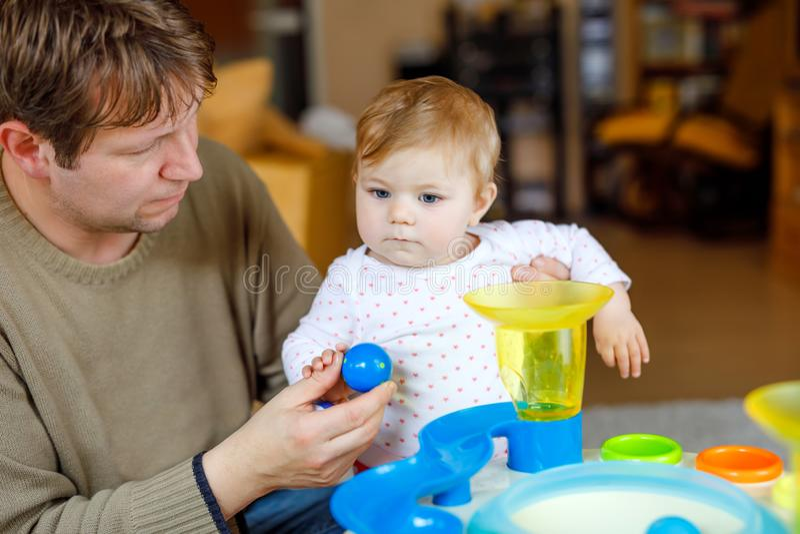 Giovane padre fiero felice divertendosi con la figlia del bambino, ritratto della famiglia insieme Papà che gioca con la neonata  fotografie stock