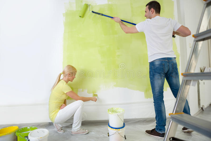 Giovane parete della pittura delle coppie fotografie stock