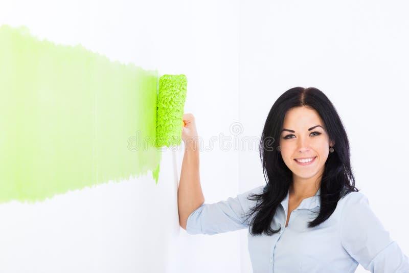 Giovane parete della pittura delle coppie a casa immagini stock libere da diritti