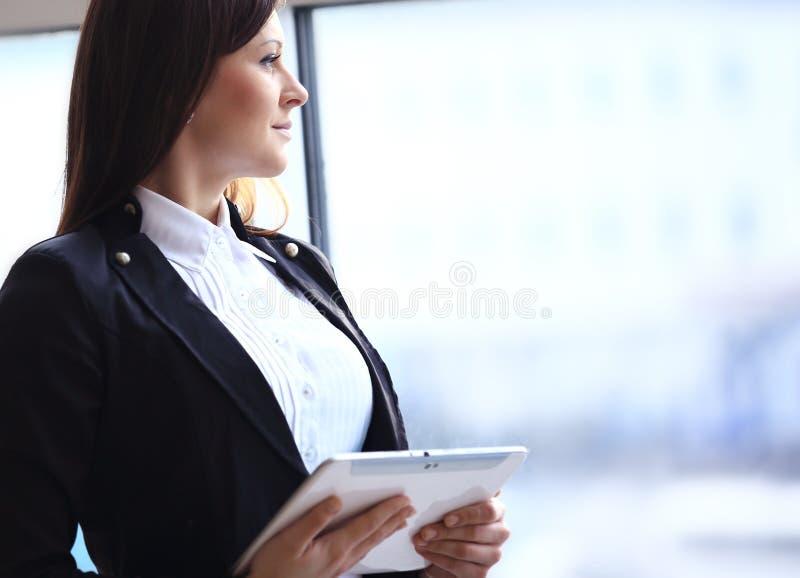 Giovane passeggero femminile all'aeroporto fotografie stock libere da diritti
