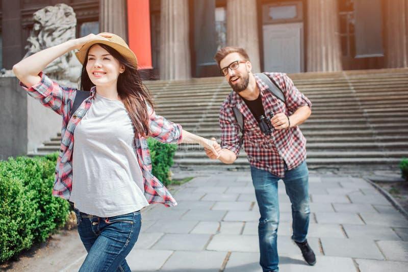 Giovane passeggiata turistica femminile attraente in avanti La parte posteriore può vedere il mare ed il cielo La mano ed il capp fotografia stock