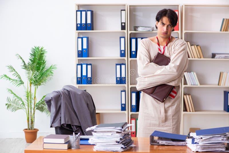 Giovane pazzo in camicia di forza all'ufficio fotografie stock