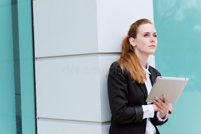 Giovane PC di With Tablet della donna di affari della testarossa fotografia stock libera da diritti