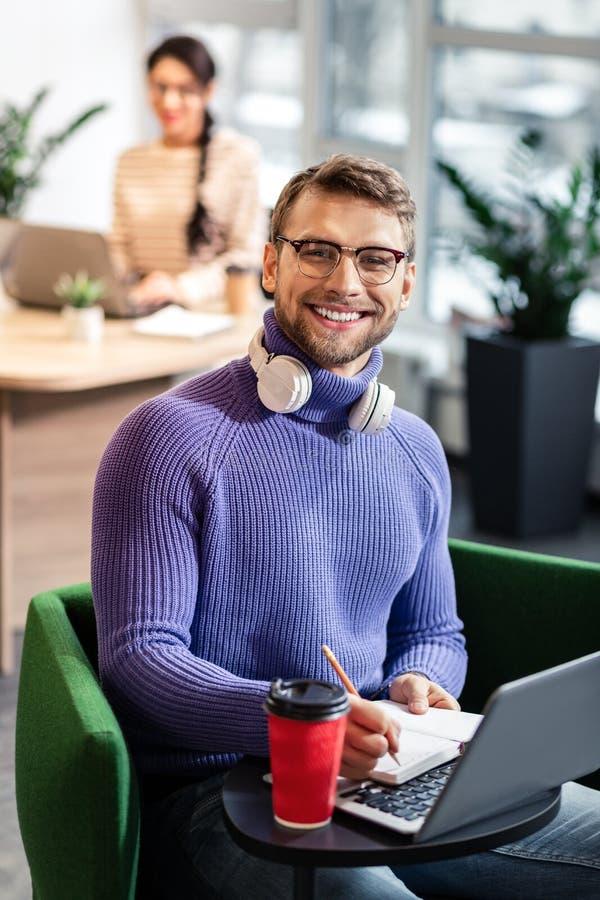 Giovane persona di sesso maschile allegra che fa le note importanti immagini stock libere da diritti