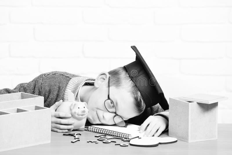 Giovane piccolo ragazzo sveglio dell'allievo immagine stock libera da diritti