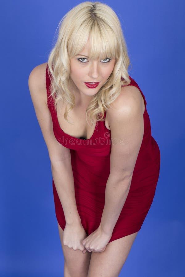 Giovane Pin Up Model Posing Playing con il breve vestito rosso immagini stock libere da diritti