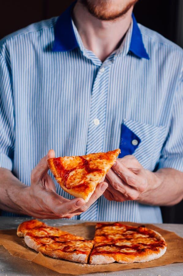 Giovane pizza mangiatrice di uomini Margherita fotografie stock