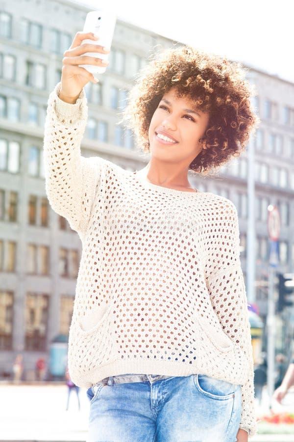 Giovane posa afroamericana della ragazza all'aperto fotografia stock