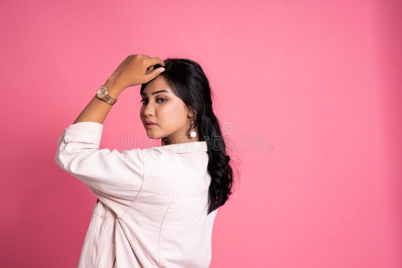 Giovane posa femminile moderna casuale dell'asiatico immagini stock libere da diritti
