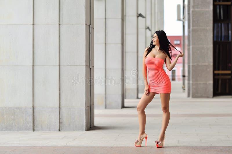 Giovane posa sexy attraente della donna all'aperto Ritratto integrale fotografia stock