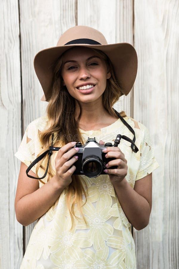 Giovane posizione sorridente della donna fotografia stock