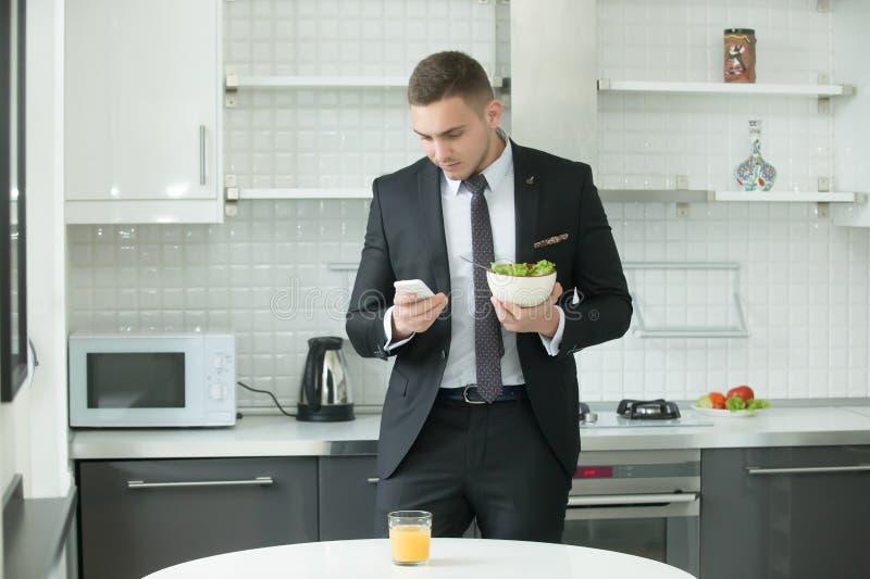 Giovane pranzare bello dell'uomo d'affari immagini stock libere da diritti