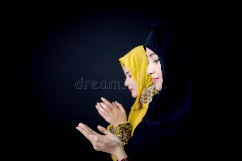 giovane pregare religioso delle donne dei musulmani due immagine stock