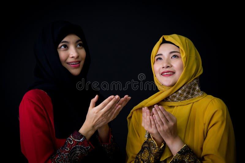 giovane pregare religioso delle donne dei musulmani due fotografie stock libere da diritti
