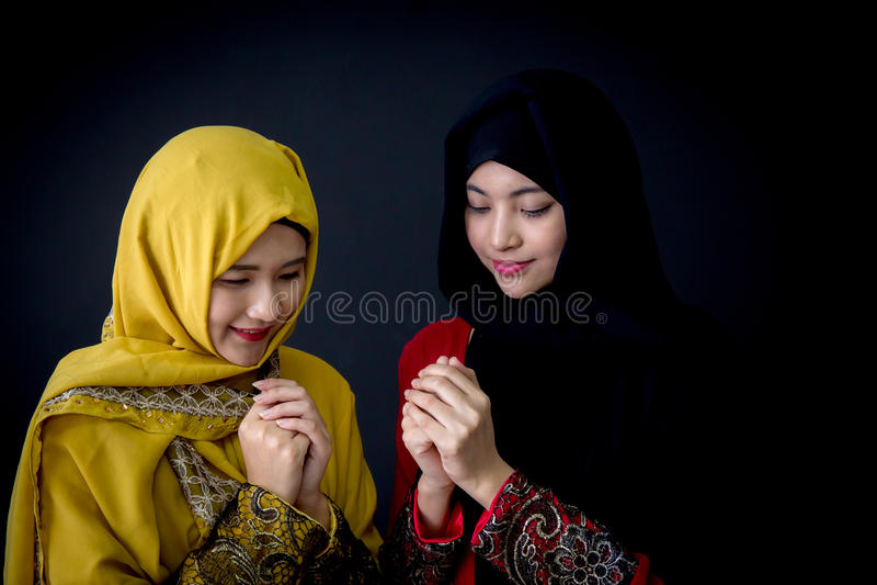 giovane pregare religioso delle donne dei musulmani due fotografia stock