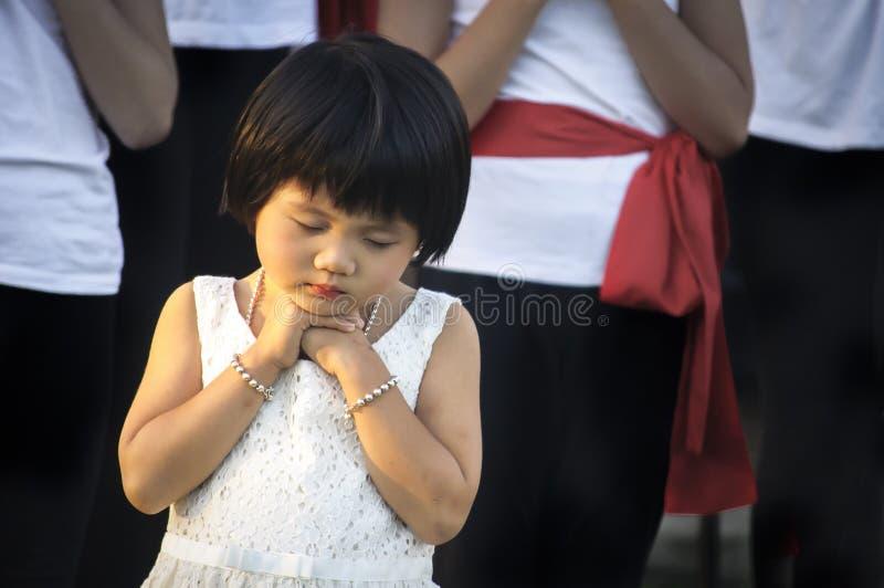 Giovane preghiera asiatica della ragazza immagine stock libera da diritti