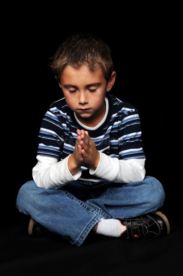 Giovane preghiera del ragazzo immagine stock