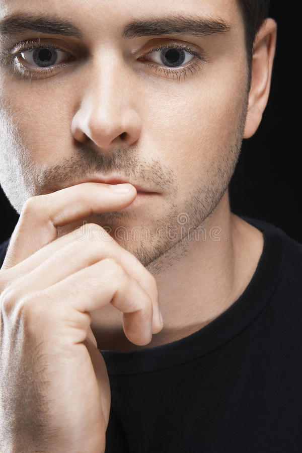 Giovane premuroso con il dito sulle labbra fotografia stock