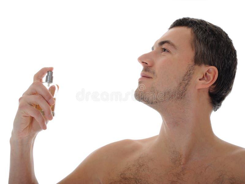 Giovane profumo maschio dello spruzzo sulla sua pelle immagine stock libera da diritti