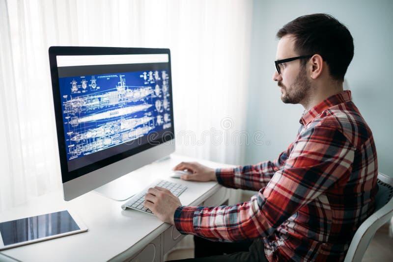 Giovane progettista che lavora al progetto a casa immagini stock