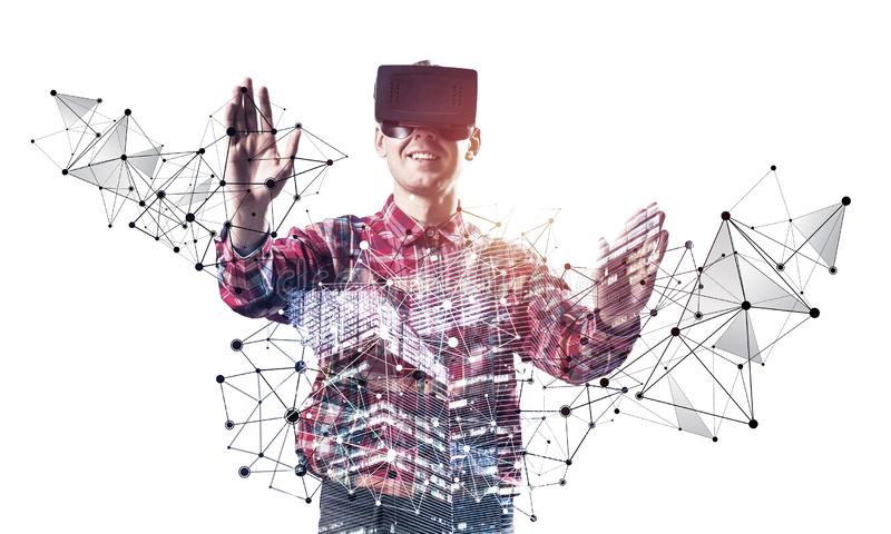 Giovane programmatore che indossa funzionamento della cuffia avricolare di VR fotografie stock