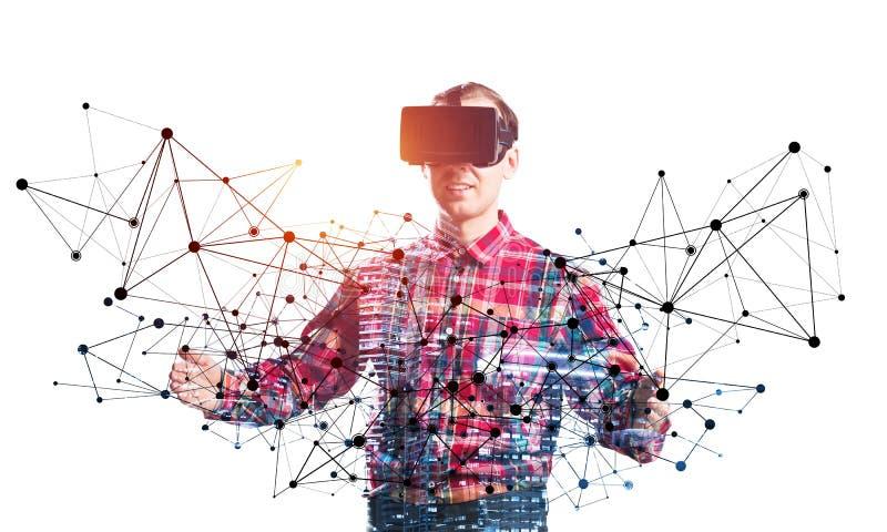 Giovane programmatore che indossa funzionamento della cuffia avricolare di VR immagini stock libere da diritti