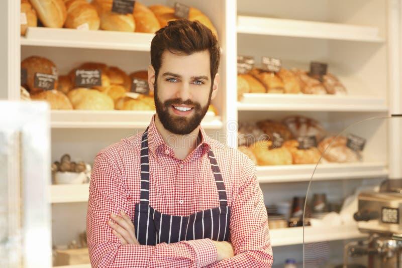 Giovane proprietario di caffetteria fotografia stock libera da diritti