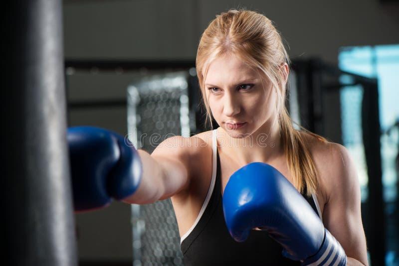 Giovane pugilato femminile su un punching ball fotografia stock