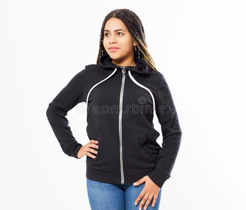 Giovane ragazza afroamericana nella parte anteriore nera della maglietta felpata, maglie con cappuccio nere, spazio in bianco iso immagine stock