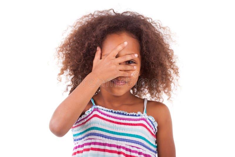 Giovane ragazza afroamericana sveglia che la nasconde occhi - persone di colore fotografia stock libera da diritti