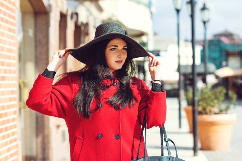 Giovane ragazza alla moda che si pone in città in Europa Ritratto femminile di moda all'aperto Autunno femminile Ragazza con retr fotografia stock libera da diritti