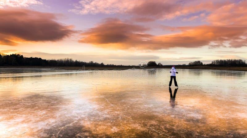 Giovane ragazza allegra che pattina sul lago immagini stock