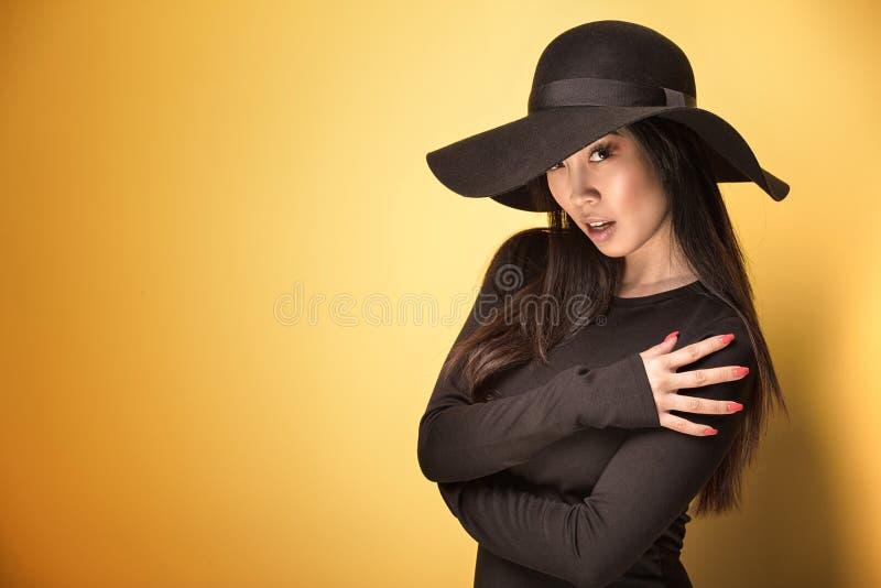 Giovane ragazza asiatica alla moda in cappello immagine stock libera da diritti