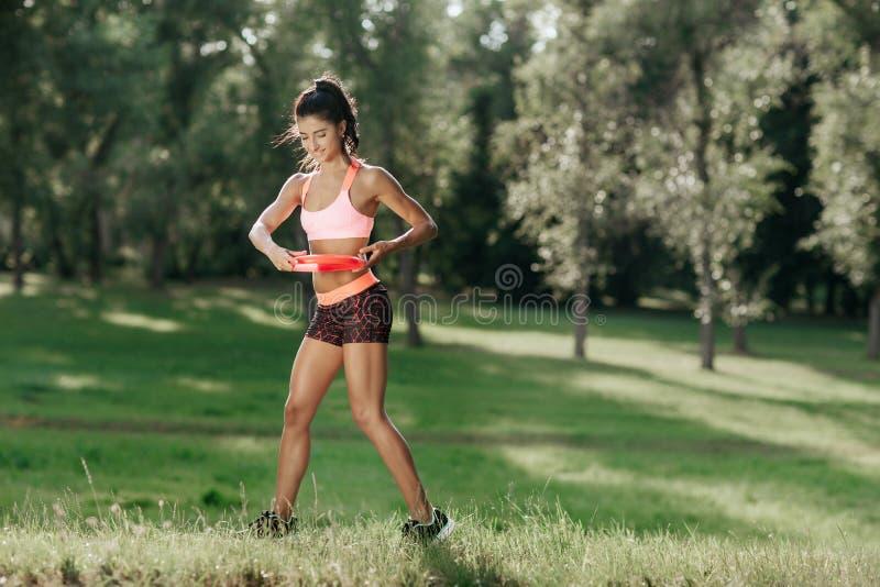 Giovane ragazza atletica che gioca ultimo frisbee Concetto di sport immagini stock libere da diritti