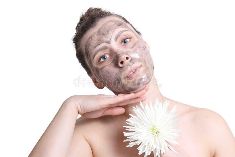 Giovane ragazza attraente che fa trattamento del facial della stazione termale Maschera nera per il fronte Pulizia del fronte Mas fotografia stock libera da diritti