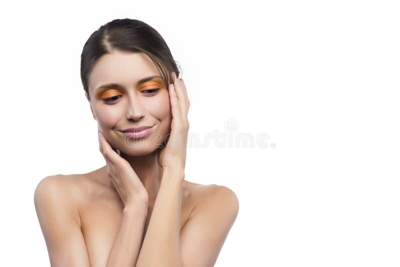 Giovane ragazza attraente su un fondo bianco immagine stock