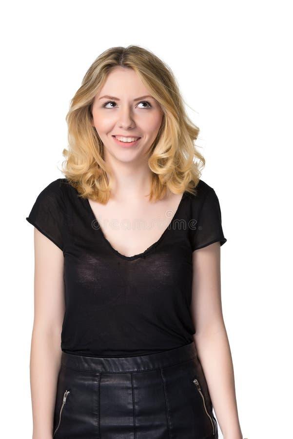Giovane ragazza bionda sveglia, sorridente nell'anticipazione, isolata su bianco immagini stock libere da diritti