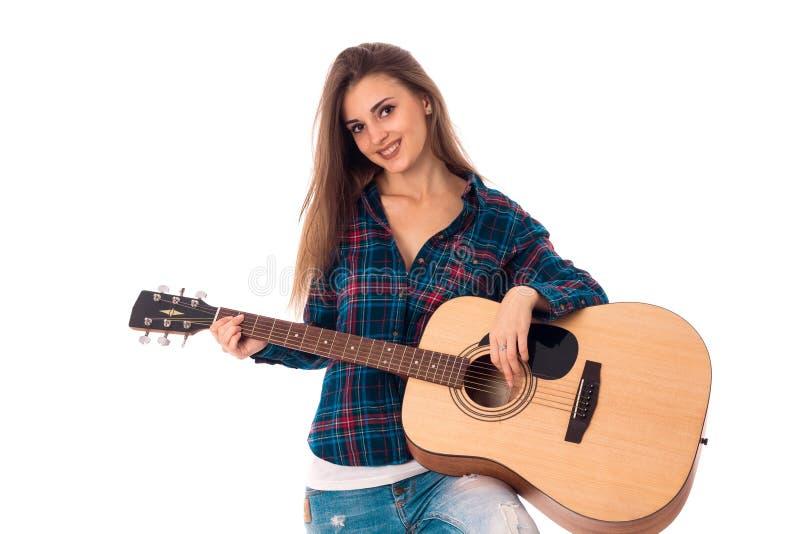 Giovane ragazza castana allegra che gioca chitarra fotografie stock libere da diritti