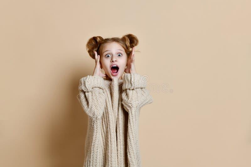 Giovane ragazza caucasica sorpresa immagini stock