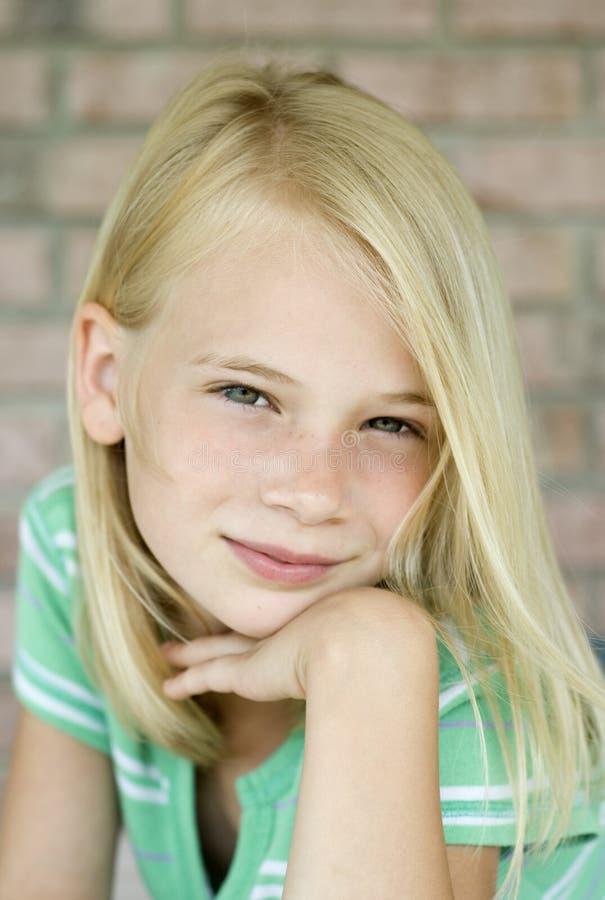 Giovane ragazza dai capelli bionda attraente immagini stock libere da diritti