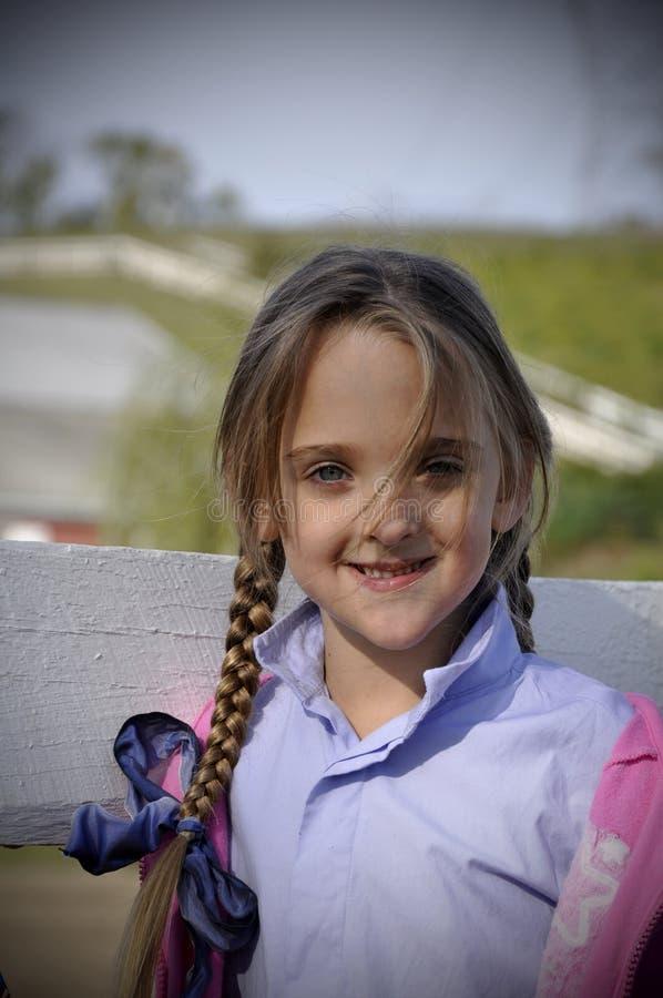 Giovane ragazza dei capelli biondi con le trecce lunghe fotografia stock libera da diritti