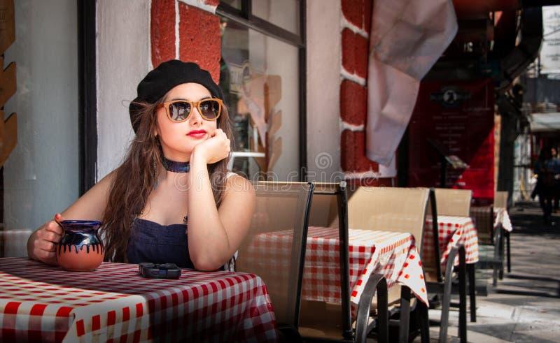 Giovane ragazza dei pantaloni a vita bassa che gode del terrazzo della barra, Messico City Messico fotografie stock libere da diritti
