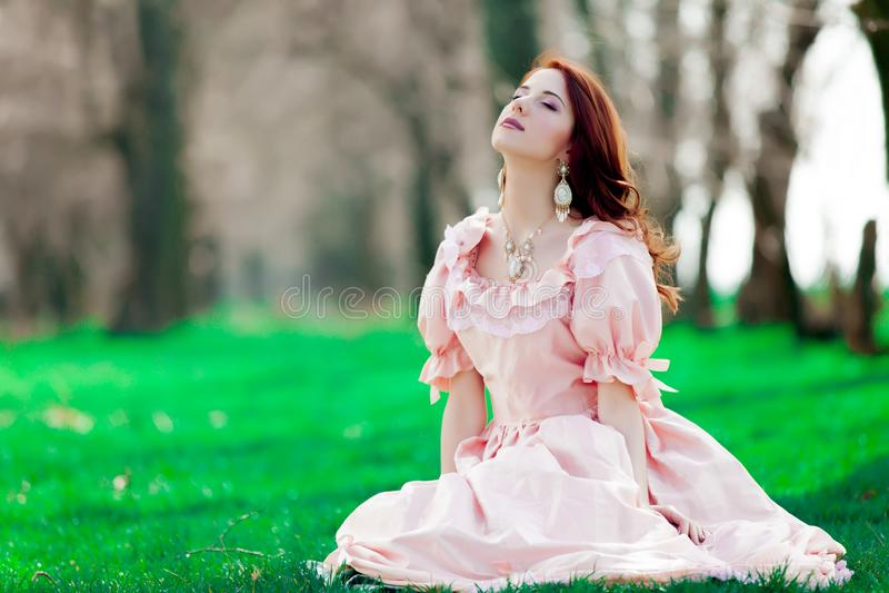 Giovane ragazza del redheadd in vestito vittoriano da stile immagini stock libere da diritti