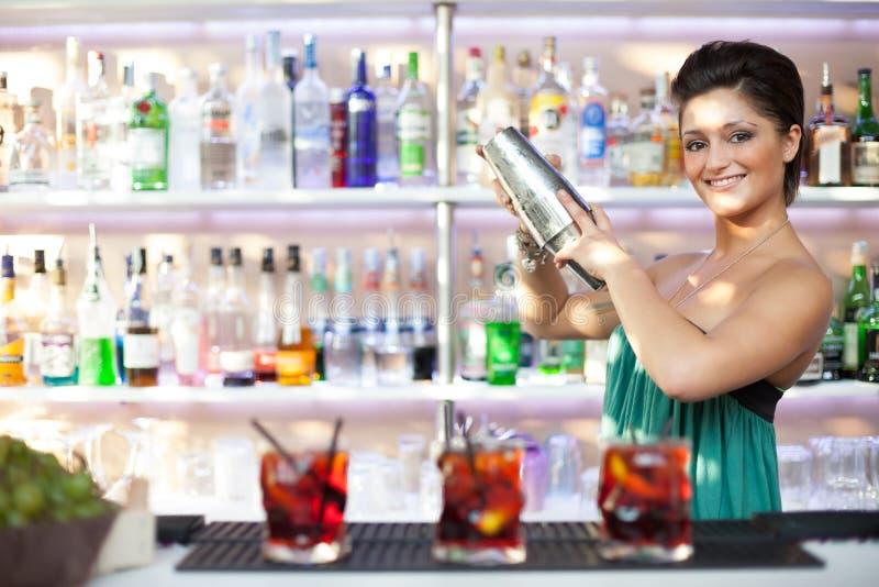 Giovane ragazza della cameriera al banco fotografia stock libera da diritti